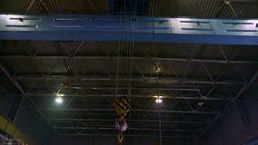 Tung brokran med kroken som tillsammans med flyttar fabriken stock video