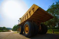 Tung bryta lastbil, i min och körning längs det dagbrotts- fotoet av den stora min lastbilen, karriärskurkroll-påfyllning den top Arkivfoto