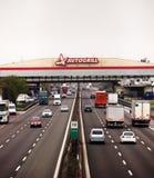 Tung eftermiddagtrafik på den italienska motorwayen Fotografering för Bildbyråer