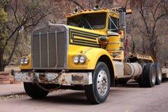 tung gammal lastbil för arbetsuppgift Arkivfoto