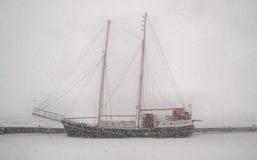 tung gammal segling för häftig snöstormfartyg arkivfoton