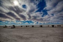 Tung himmel ovanför vitt område för picknick för nationell monument för sander arkivfoton