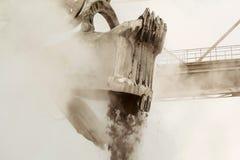 Tung hink av att bryta grävskopan med mekaniskt drev och böjlig upphängning av den funktionsdugliga utrustningnärbilden royaltyfri fotografi