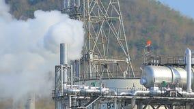 Tung industriell dimma från avgasrörröret i gods för petrokemisk bransch arkivfilmer