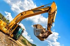 Tung industriell grävskopaflyttningjord fotografering för bildbyråer
