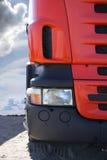 Tung lastbil på vägen Arkivbild