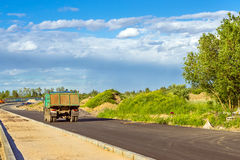 Tung lastbil, snabb väg för konstruktion Arkivfoto