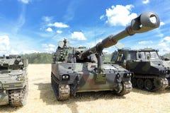 Tung militär utrustningutställning Armébehållare med vapen Fotografering för Bildbyråer