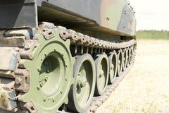 Tung militär utrustningutställning Armébehållare med vapen Arkivbilder