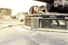 Tung militär utrustningutställning Armébehållare med vapen Royaltyfri Fotografi