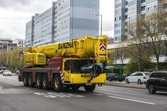 Tung mobil kran av märket Liebherr i Berlin, Tyskland Royaltyfri Bild