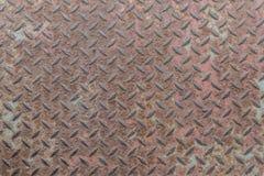 Tung rostig metall med non den upprepande träskon och corro för snedsteg Arkivbild