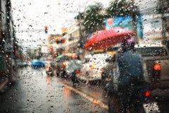 Tung rusningstidtrafik i regnet, sikt till och med fönstret Arkivfoto