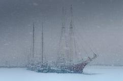 tung segling två för häftig snöstormfartyg royaltyfri fotografi
