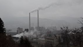 Tung smog från bransch Tung industriell och trafikluftförorening och smog i stad Stadsluftföroreningbegrepp gift stock video