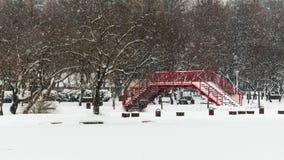 Tung snö på den röda bron Royaltyfria Bilder