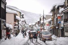 Tung snöig dag i Kinosaki Onsen Royaltyfri Foto