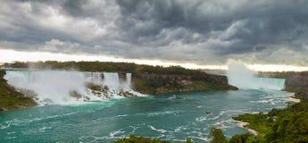 Tung storm över Niagara Falls royaltyfri bild