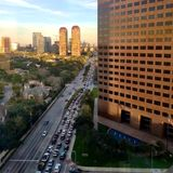 Tung trafik från Houstons Uptown på rusningstiden Royaltyfri Fotografi