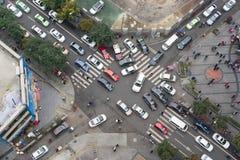 Tung trafik i en vertikal sikt för små gatatvärgator Royaltyfri Bild