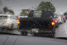 Tung trafik i regn Arkivbilder
