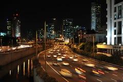 Tung trafik i Tel Aviv på natten Arkivbilder