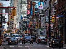 Tung trafik på den Yonge gatan, i stadens centrum Toronto, med underhållningställen, teatrar, korridorer och shoppar arkivfoto