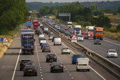 Tung trafik på motorwayen M1 Arkivfoto