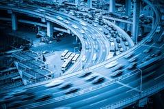 Tung trafik på viadukt Arkivbild