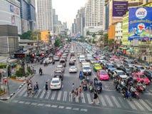 Tung trafikstockning i Asoke, Bangkok, Thailand Arkivbild