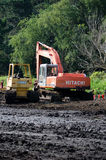 Tung utrustning på en lerig arbetsplats Fotografering för Bildbyråer