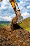 Tung vehiculeskopa som arbetar med jord Royaltyfria Bilder