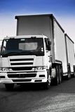 Tung vit lastbil för gods på genomresa - Royaltyfri Foto