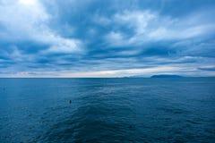 Tunga clowds ovanför det Ligurian havet Arkivfoton