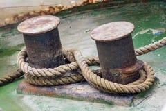 tunga förtöja gammala rep för bollard Fotografering för Bildbyråer