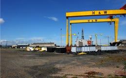 Tunga industriella kranar i den berömda Harland och Wolff skeppsvarven royaltyfri foto