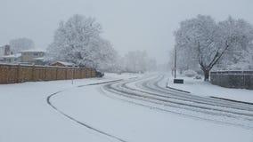 Tunga insnöade vintrar på vägen arkivbilder