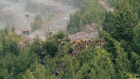 Tunga lastbilar bär stenen ut ur villebrådet som bryter granit lager videofilmer