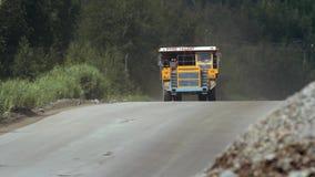 Tunga lastbilar bär stenen ut ur villebrådet som bryter granit stock video