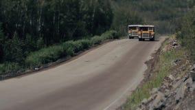 Tunga lastbilar bär stenen ut ur villebrådet som bryter granit TILT-SHIFT lager videofilmer