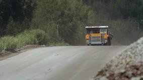 Tunga lastbilar bär stenen ut ur villebrådet som bryter granit TILT-SHIFT stock video