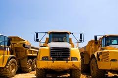 tunga lastbilar för konstruktionsarbetsuppgift Arkivbilder