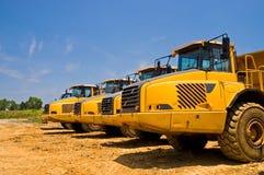 tunga lastbilar för konstruktionsarbetsuppgift Arkivfoton