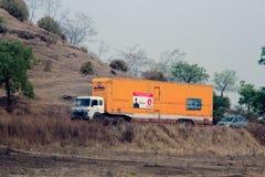 Tunga lastbilar på vägar av Indien i Asien Arkivfoton