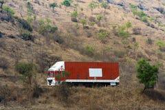 Tunga lastbilar på vägar av Indien i Asien Arkivbild