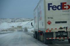 Tunga lastbilar som rusar på iskall motorväg Arkivbild