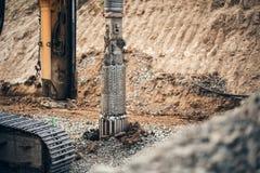 tunga maskineriborrandehål i jordningen på konstruktionsplats Huvudvägbyggnadsdetaljer med macen för roterande borrande royaltyfri foto