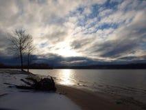 Tunga moln över en öde vinterstrand royaltyfri bild