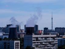 Tunga moln av rök över Moskva arkivbild