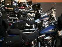 Tunga motorcyklar ställs upp fotografering för bildbyråer